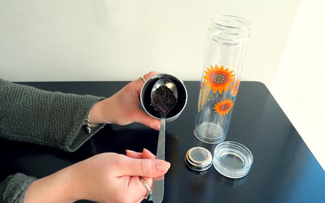 2. Using a spoon, scoop your tea.